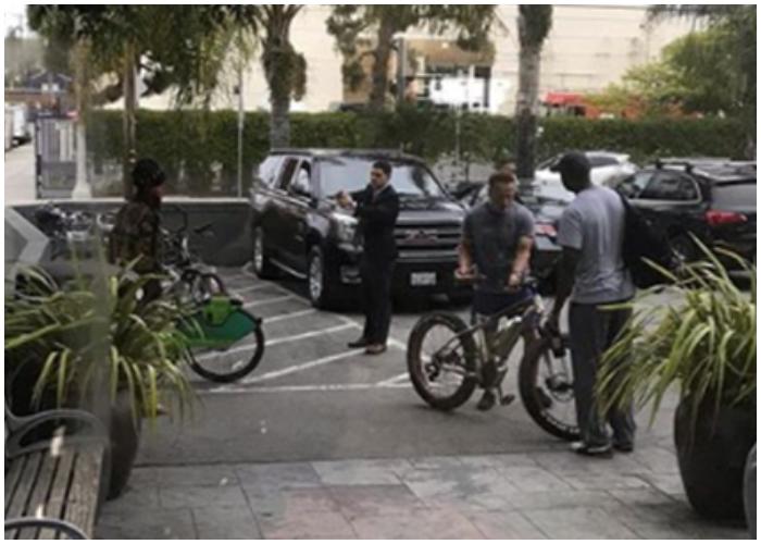 Tras el incidente, Schwarzenegger se marchó en su bicicleta.