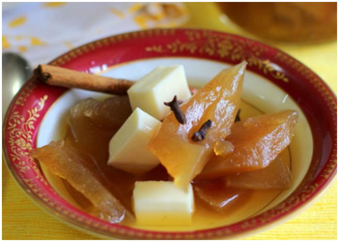 Dulce de frutabomba acompañado de queso, un exquisito postre.