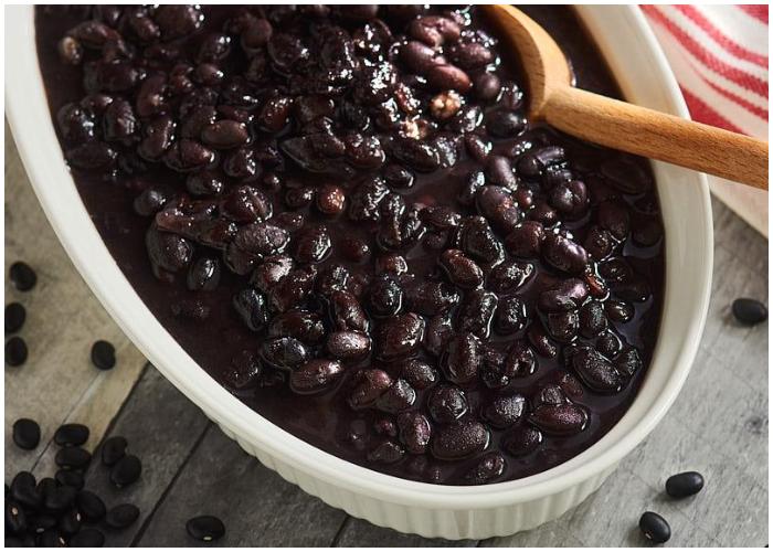 Prepare unos sabrosos frijoles negros cubanos.