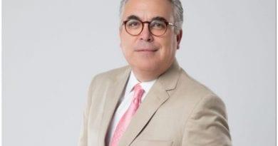 Roberto Cavada es un periodista cubano que trabaja en la televisión dominicana.