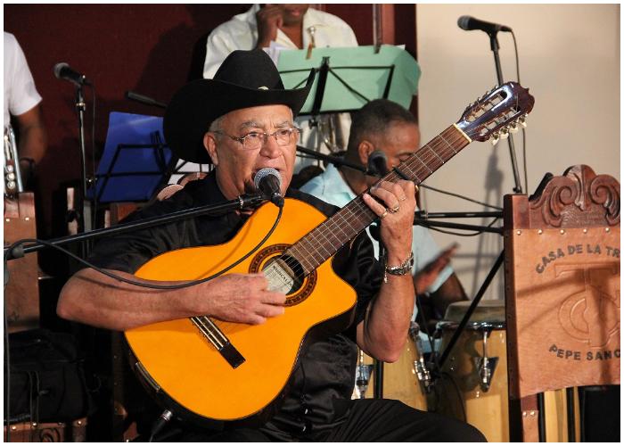 Eliades Ochoa tocando su guitarra de ocho cuerdas.