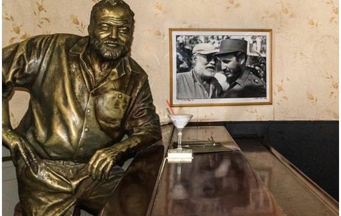 Estatua de Ernest Hemingway en el Restaurante Floridita.