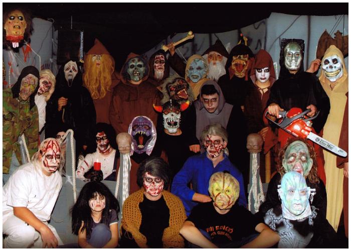 Las personas salen a festejar el día de Brujas luciendo trajes terroríficos.