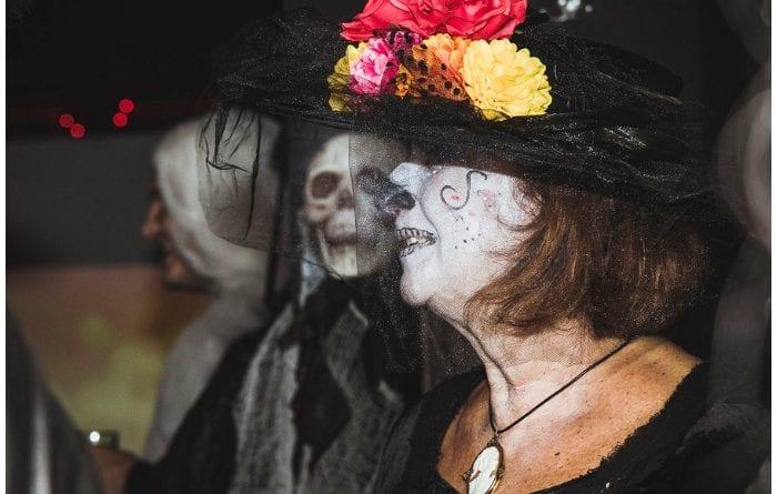 Persona luciendo un disfraz en Halloween.
