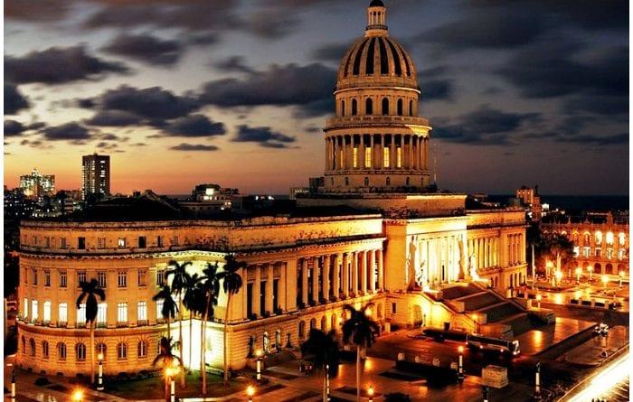 Vista del Capitolio de Cuba durante la noche.