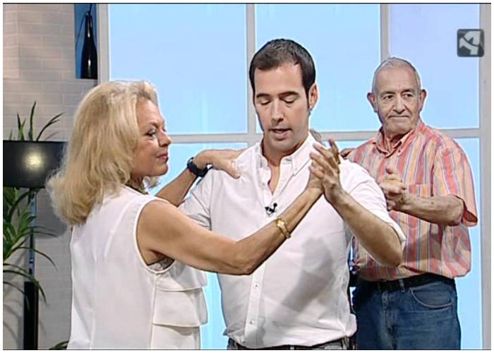 Al bailar bolero los bailarines mueven lenta y sensualmente sus cuerpor frente abrazos a su pareja.