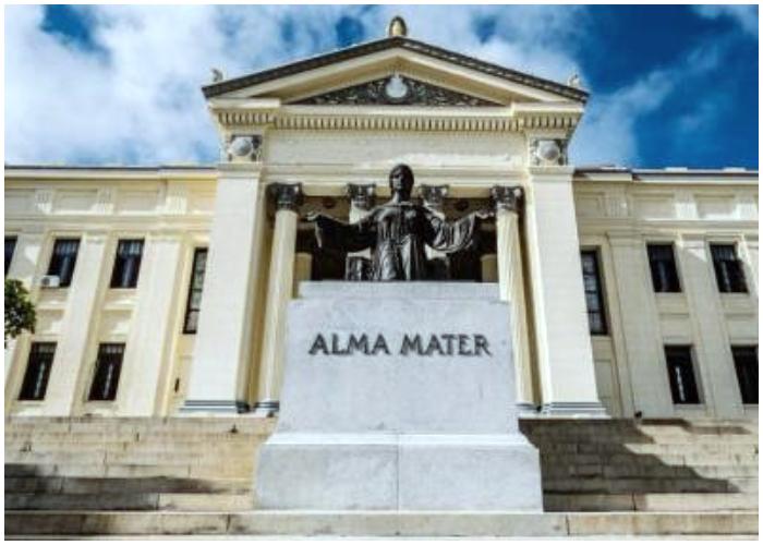 Escultura del Alma Mater en la escalinata de la Universidad de La Habana.
