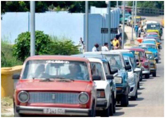Fuertes colas para surtir gasolina en La Habana.