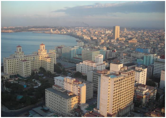 La Piragua se encuentra muy cerca del Hotel Nacional, en el Malecón habanero. (WIKIPEDIA)
