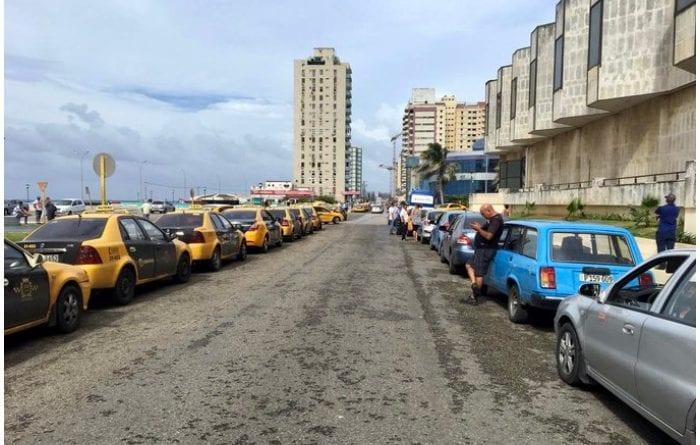 Largas colas para echar gasolina en La Habana.