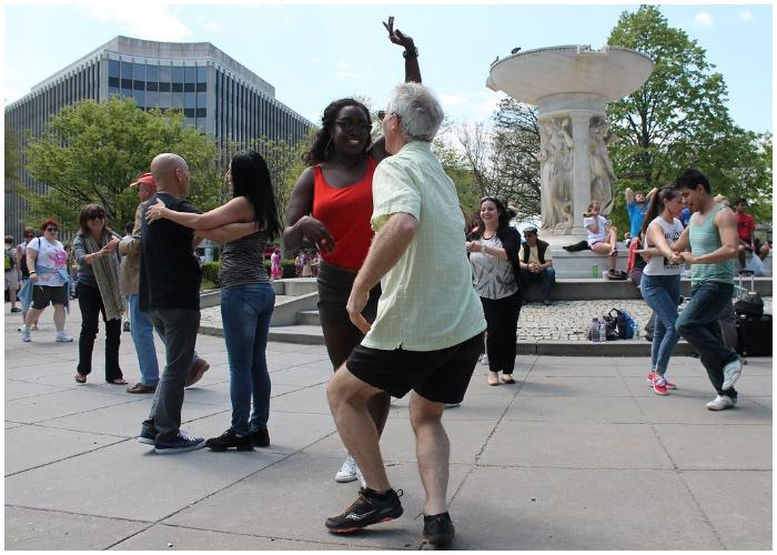 Muchas personas alrededor del mundo bailan la salsa cubana.