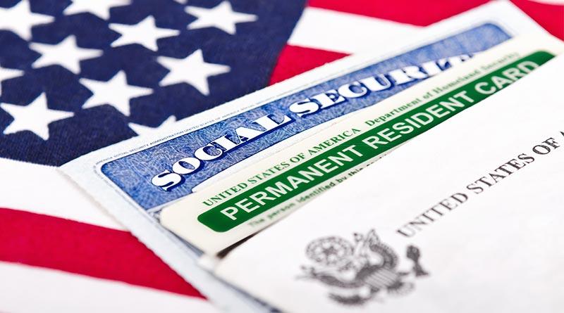 Green Card con bandera americana de fondo