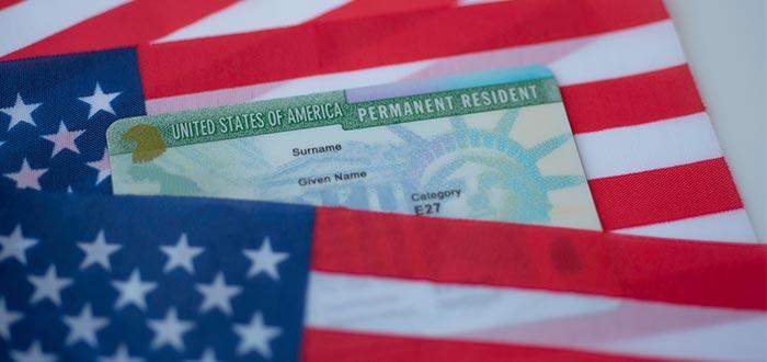 Tarjeta de residencia americana y bandera