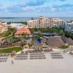 ¿Cómo puedo llegar al hotel Fiesta Americana Condesa Cancun desde el aeropuerto?