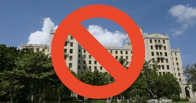 Prohiben, a ciudadanos de estados unidos, alojarse en 433 hoteles y casas del gobierno cubano. Asimismo, el departamento de estado, publicó el listado de cadas y hoteles donde esta prohibido hospedarse.