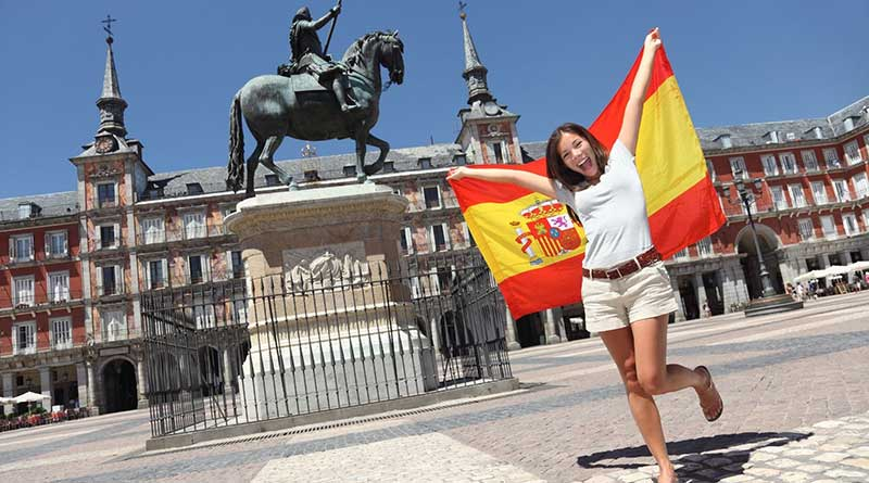 chica con bandera de España en brazos