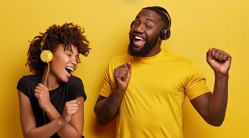 muchacha y muchacho bailando y cantando