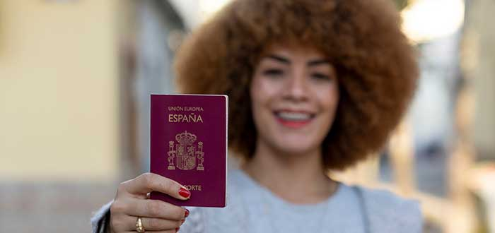 chica-con-pasaporte-español
