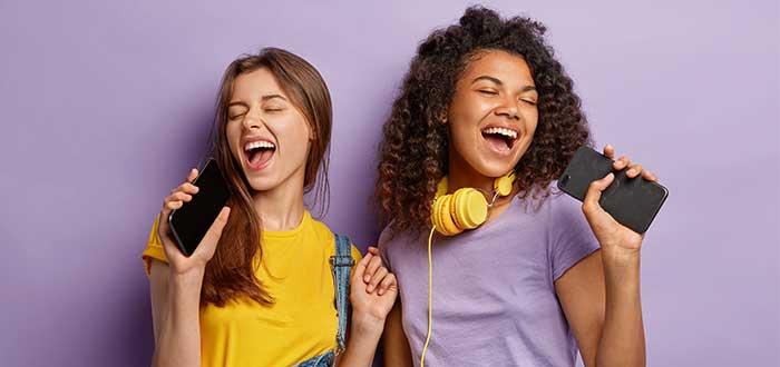 dos muchachas cantando