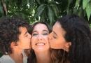 Tahimí Alvariño y sus hijos: entre besos, besos y más besos