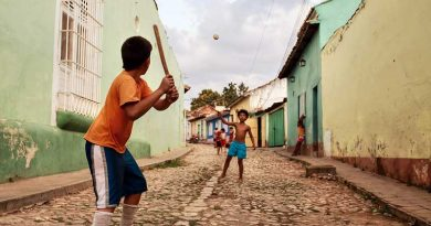 Niños cubanos jugando uno de los juegos tradicionales de Cuba